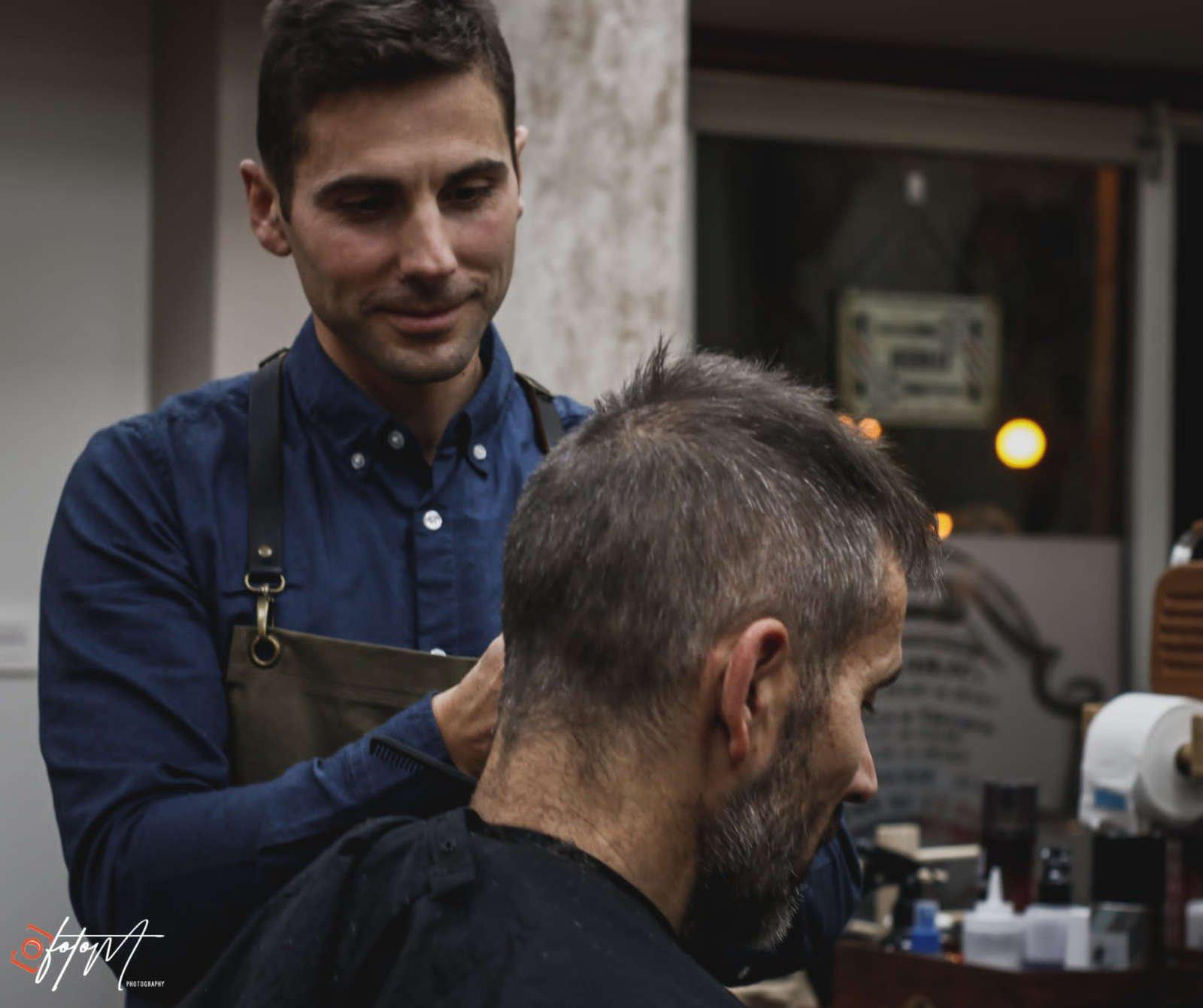 Edu cortando el pelo